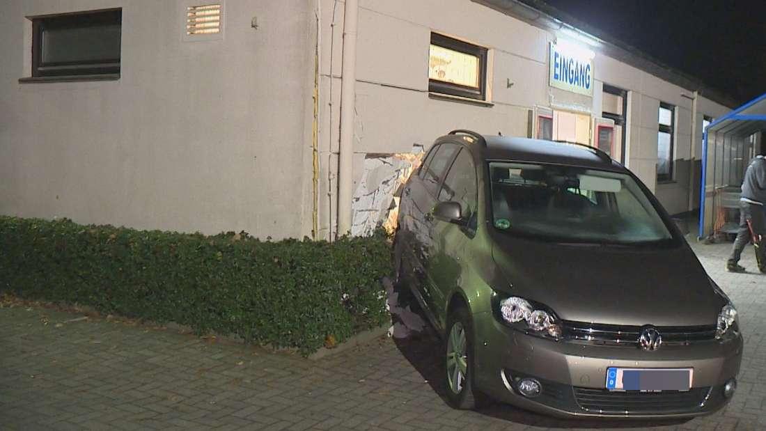 Bremen: Beim Ausparken mit einem VW Golf ist eine 84-Jährige gegen die Wand eines Getränkemarkts in Ganderkesee gekracht.