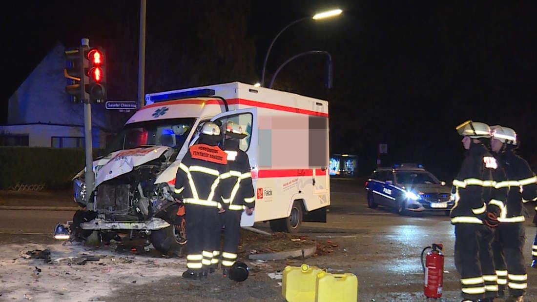 Zu einer Rettungsfahrt mit tödlichem Ausgang kam es in Hamburg, als ein Krankenwagen an einer Kreuzung mit einem VW Polo kollidierte.