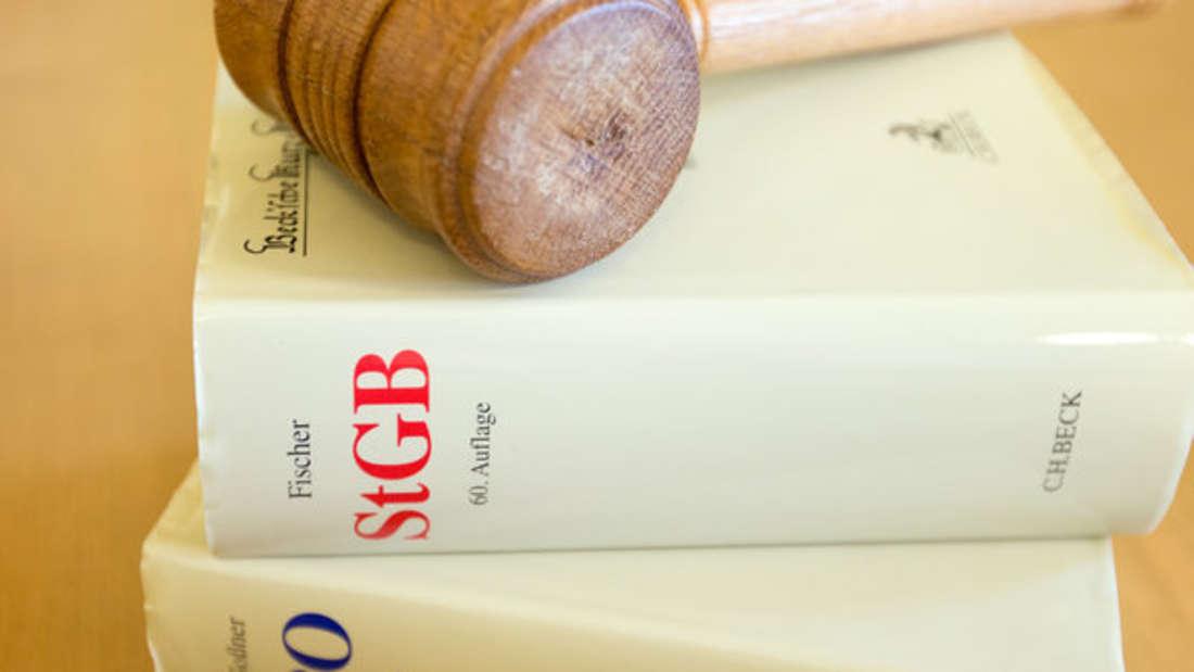 Anwälte vertreten ihre Mandanten vor Gericht. Doch wie viel verdient ein Anwalt?