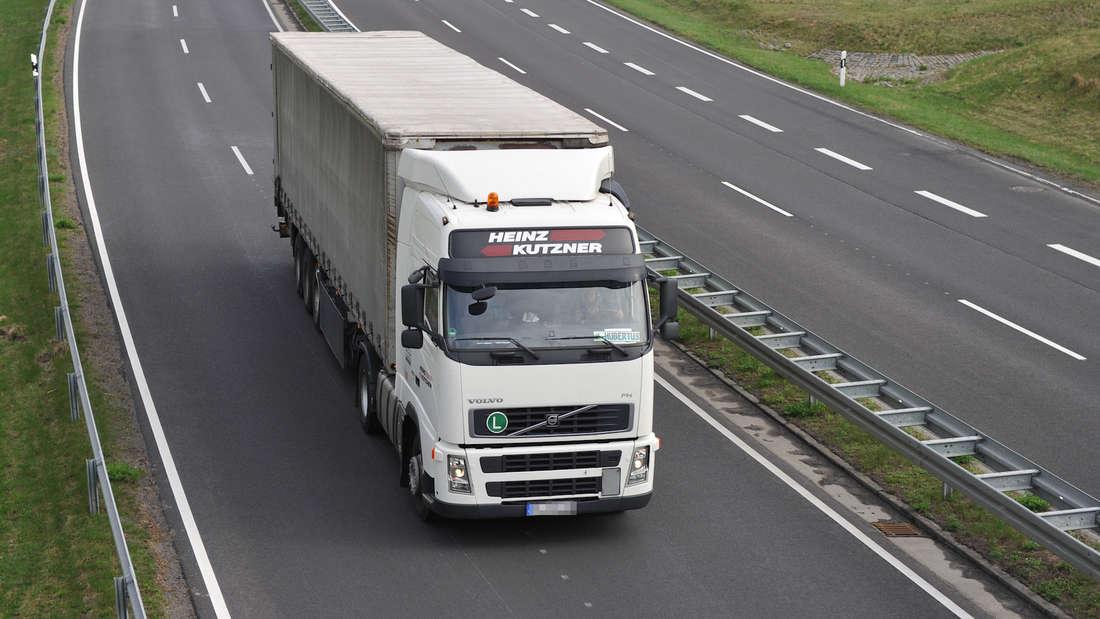 Ein Lkw fährt auf einer Bundesstraße. (Symbolbild)