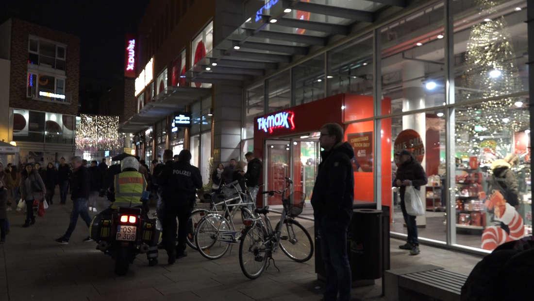 Zum absoluten Black-Friday-Wahnsinn kam es in einer TK Maxx-Filiale in Osnabrück, als es unter den Kunden zu einer Massen-Schlägerei kam. Ein Großaufgebot der Polizei musste die gewalttätigen Kunden trennen.