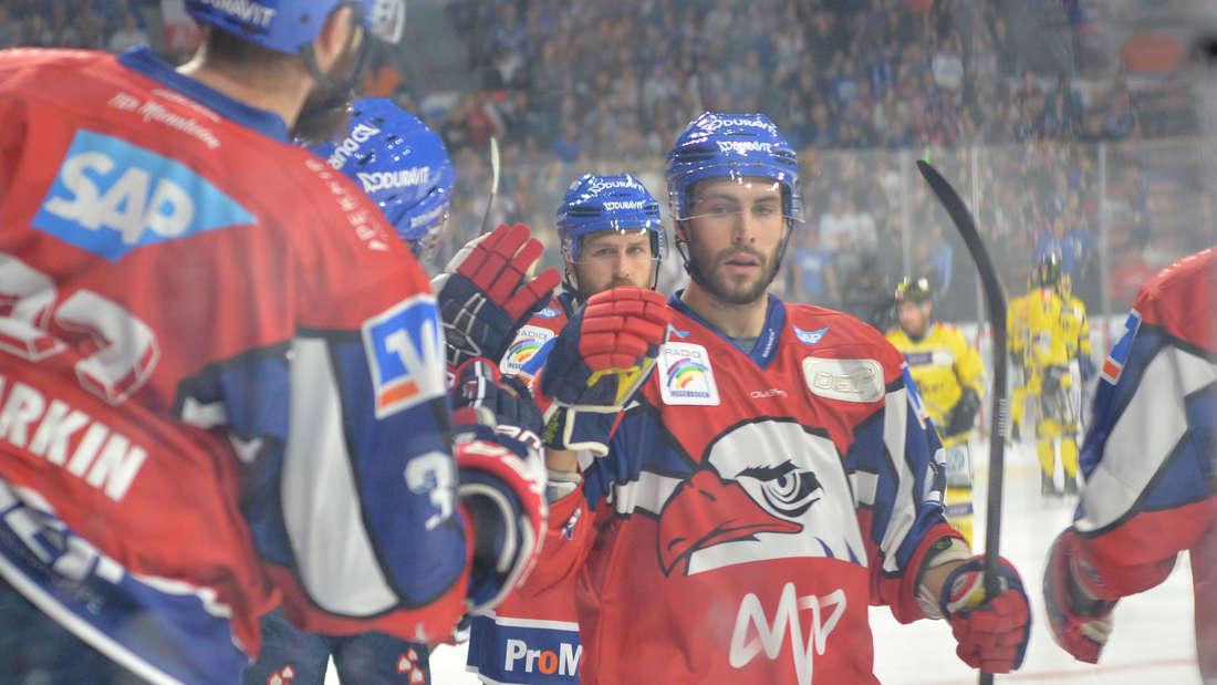 Die Adler Mannheim feiern einen souveränen Sieg gegen die Krefeld Pinguine.
