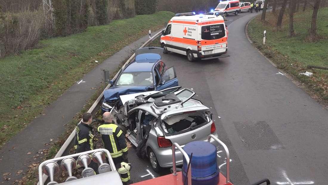 In Cloppenburg nahm der Leichtsinn einer 21-Jährigen ein tödliches Ende, als sie unangeschnallt und mit Handy am Steuer mit dem Gegenverkehr kollidierte. Die Rettungskräfte versuchten über eine Stundevergeblich die junge Frau zu reanimieren.
