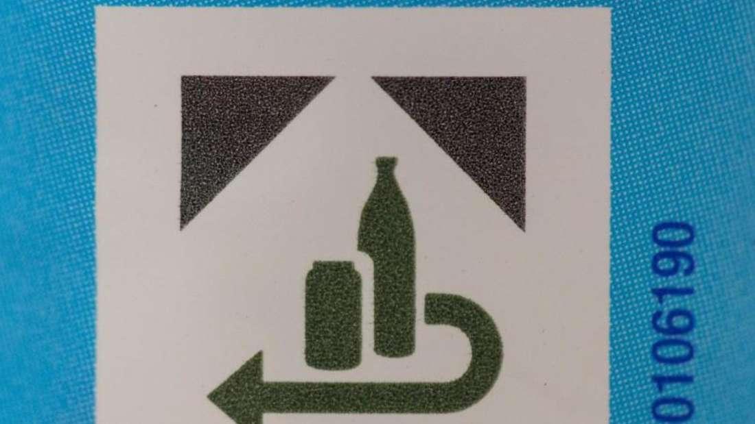 Der Kampf gegen Einweg: Das Pfand-Logo auf einer Plastikflasche. Foto: Lukas Schulze