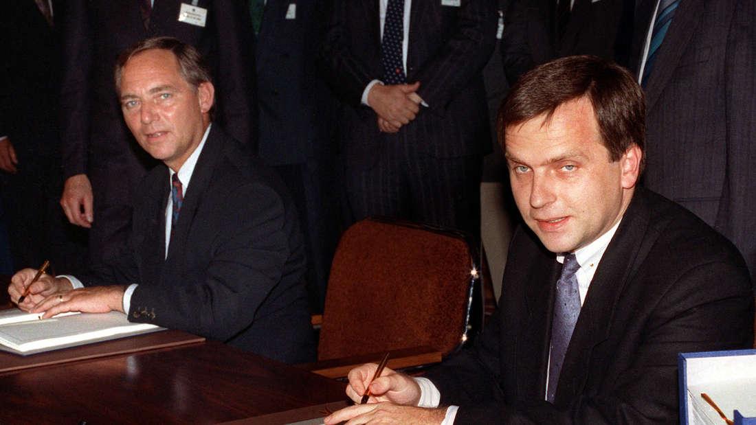 DDR-Staatssekretär Günther Krause (r.) und Bundesinnenminister Wolfgang Schäuble unterzeichnen am 31. Augist 1990 den Einigungsvertrag.