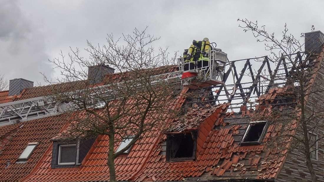 Bremen: Ein Feuer inOslebshausen hat ein Haus komplett zerstört - eine Frau wurde vor dem Brand gerettet.