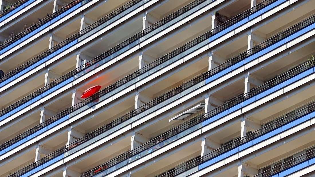 Von richtigen Balkonen kann das Exemplar dieser Immobilienanzeige nur träumen.