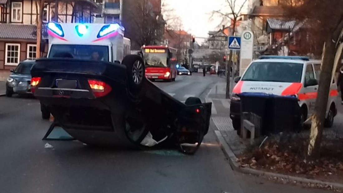 Uelzen: Dieser Mercedes landet beim Einparken auf dem Dach.