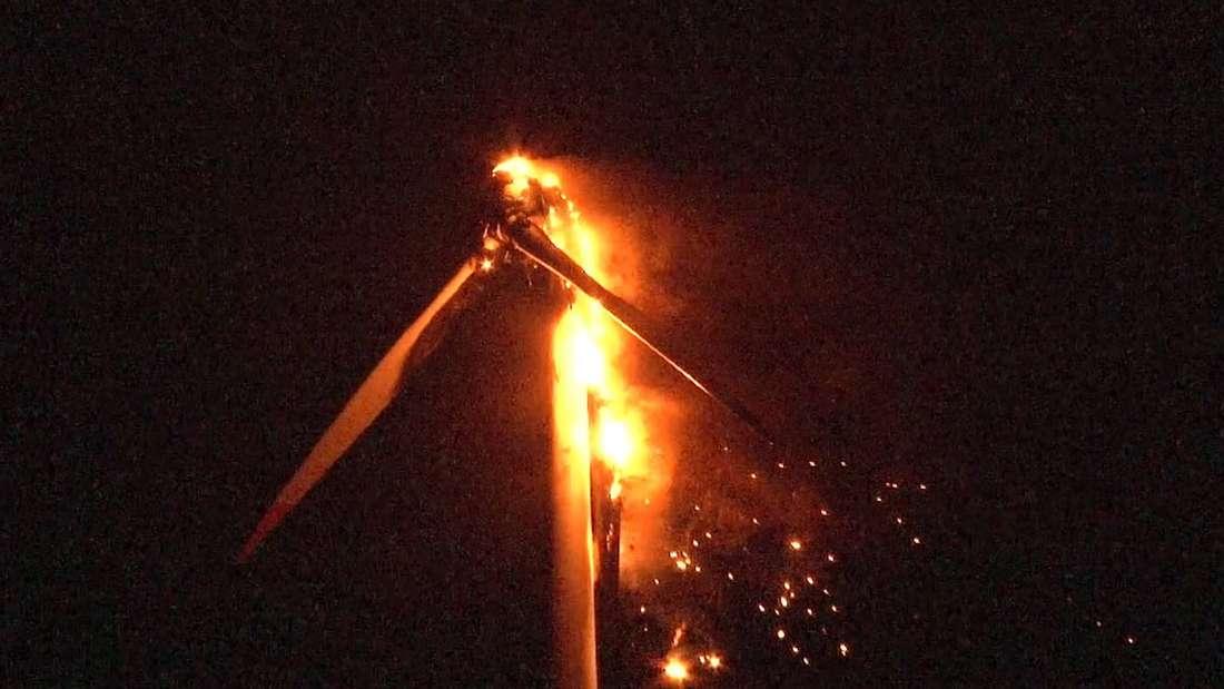 Ein Windrad branntein Holtriem im Landkreis Wittmundbei Wilhelmshaven lichterloh und erwies sich als beinahe unlöschbar. Als dann die brennenden Flügel herabstürzten wurde es gefährlich für die Feuerwehr-Kräfte