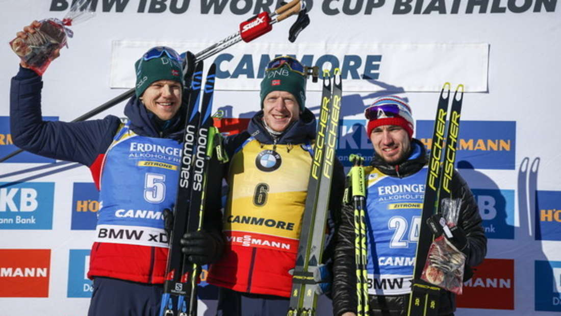 Der Norweger Johannes Thinges Bö (M) bejubelt seinen Sieg vor Vetle Sjaastad Christiansen (l) aus Norwegen und dem Russen Alexander Loginow.