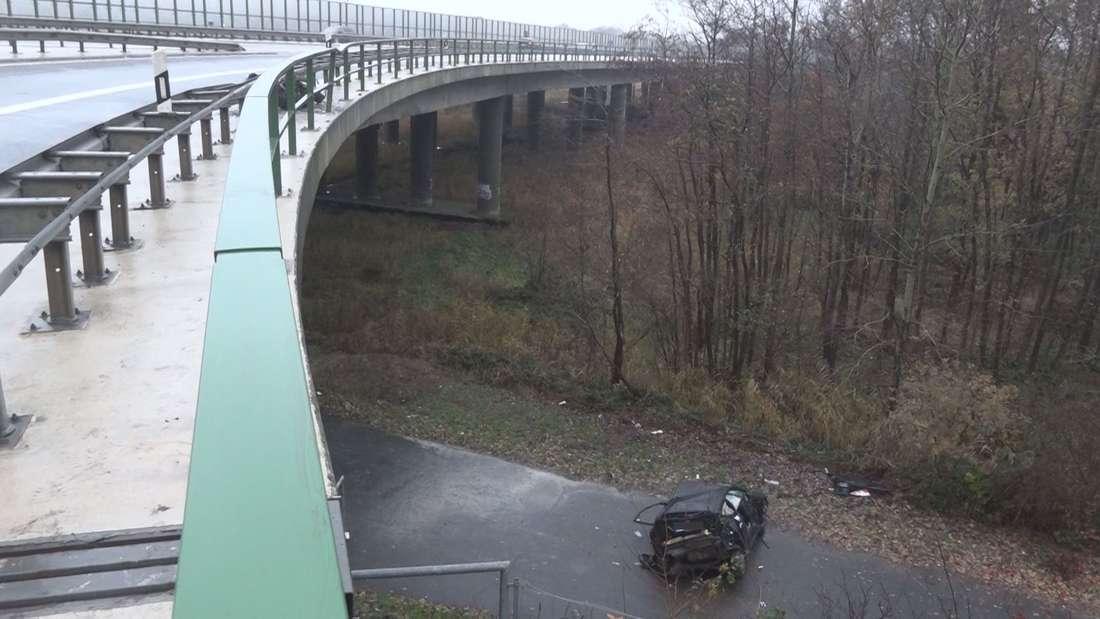 Bremerhaven: Horror-Unfall auf der A27 - Ford stürzt 10 Meter von Brücke in die Tiefe.