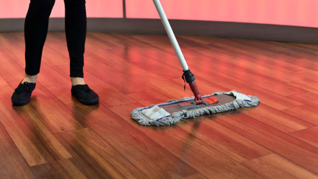 Beim Reinigen von Parkett sollten Sie sorgsam sein - dann haben Sie viele Jahre etwas von Ihrem Bodenbelag.