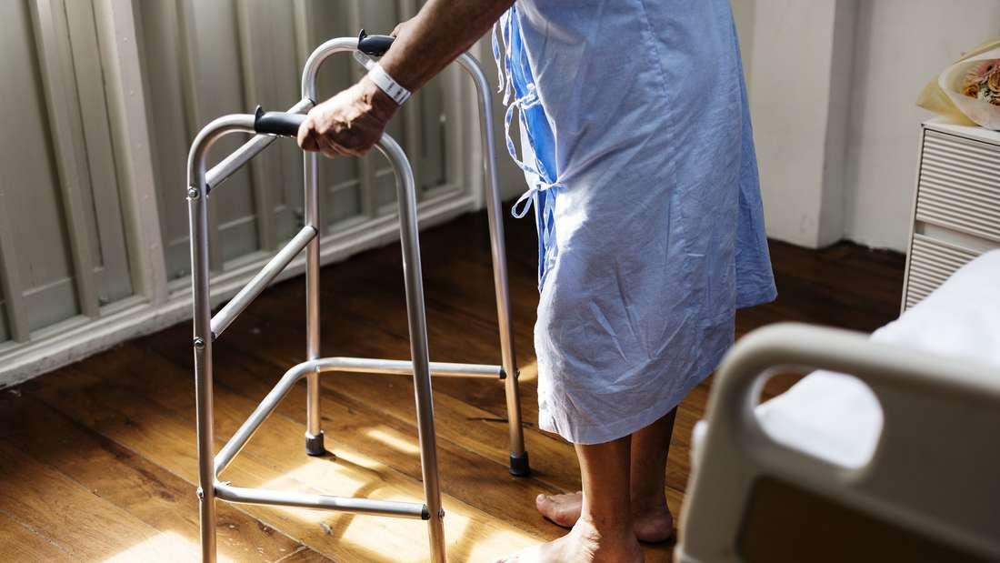 Wer pflegebedürftig ist, kann in ein Pflegeheim umziehen oder eine 24-Stunden-Unterstützung annehmen. Welche Möglichkeit passender ist, entscheidet meist der Blick ins Portemonnaie.