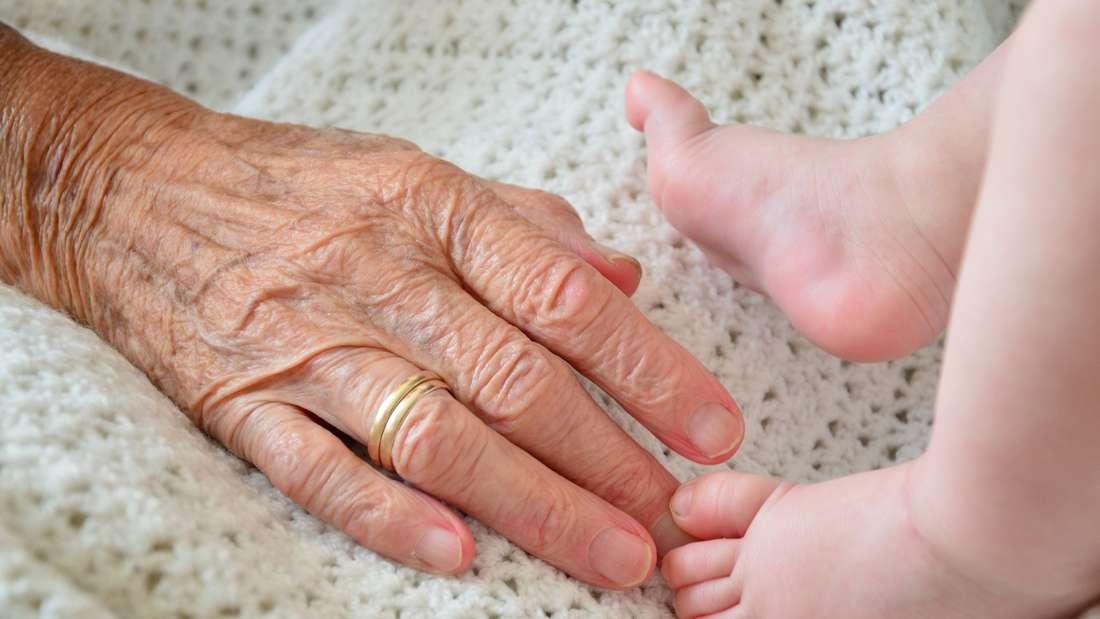Eine Alternative zur Senioren-WG könnte auch das fast schon aus der Mode gekommene Mehrgenerationenwohnen sein.