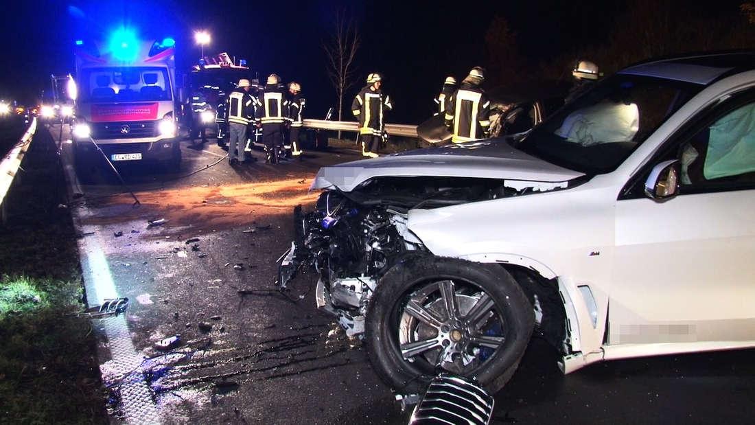 Bei einem folgenschweren Unfall auf der Bundesstraße B214 ist ein Polo-Fahrer ums Leben gekommen. Ein BMW X5 SUV war frontal in den VW gecrasht.