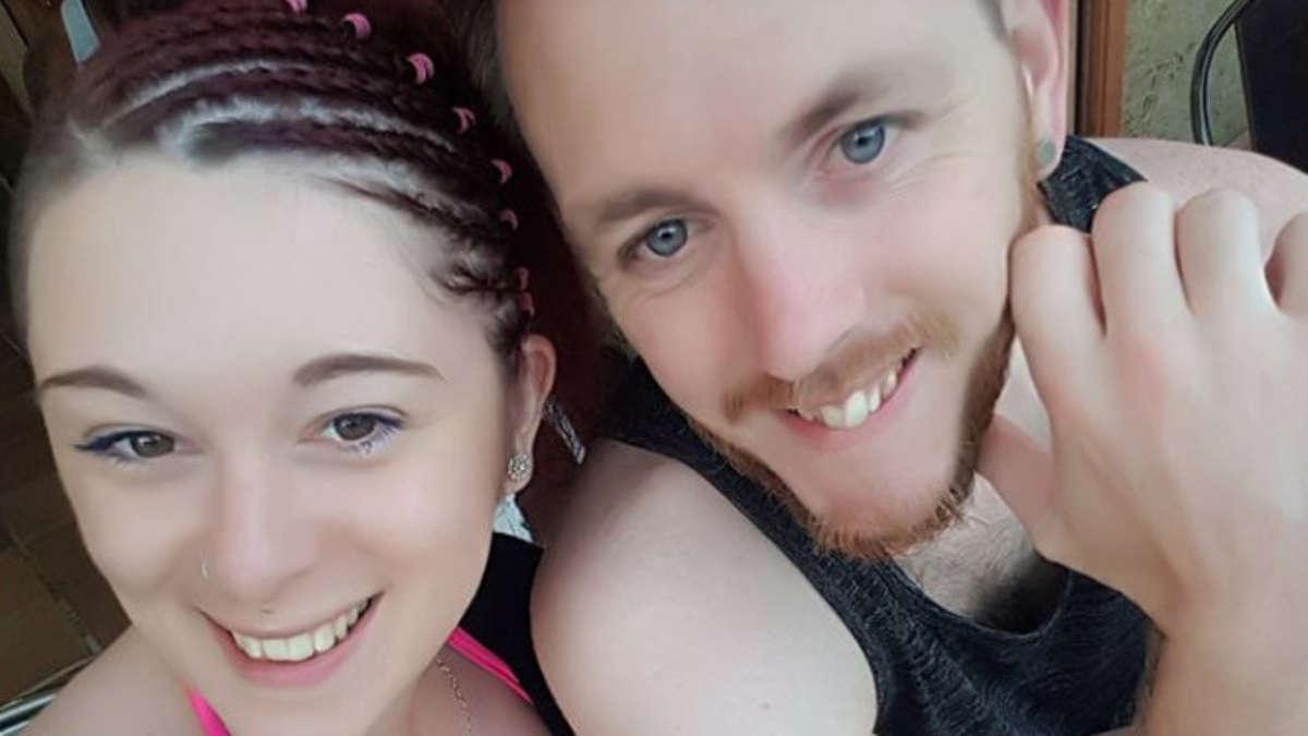 Paar vergnügt sich in Flitterwochen kreuz und quer - es