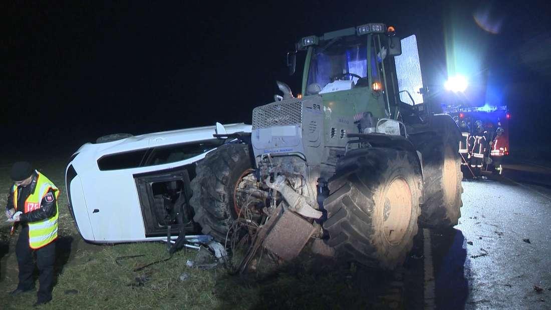 Ein VW Golf ist im Gegenverkehr frontal mit einem Traktor kollidiert. Der Fahrer konnte sich schwerverletzt über das Dachfenster befreien.