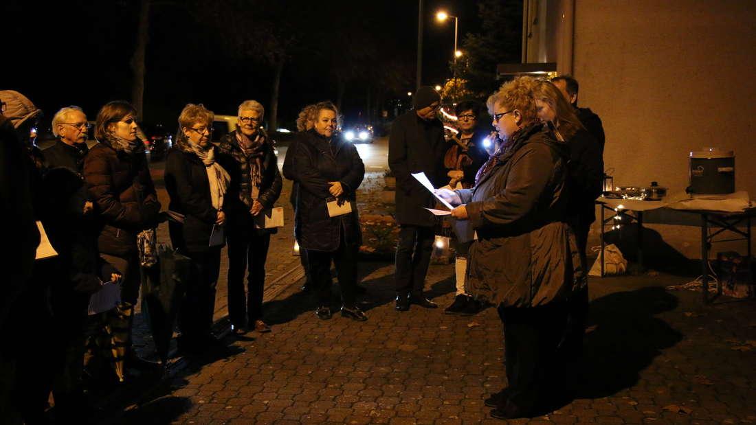 Beim lebendigen Adventskalender kommen Menschen zusammen, um die Vorweihnachtszeit zu feiern.
