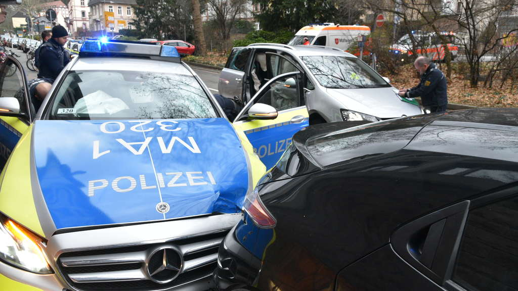heidelberg alstadt unfall in friedrich ebert anlage zwischen polizeiwagen und zwei autos region. Black Bedroom Furniture Sets. Home Design Ideas