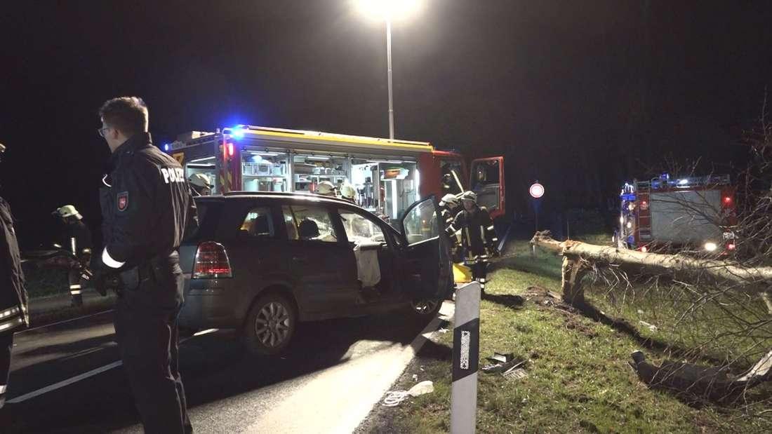 Bei einem schweren Unfall in Hatten ist ein Opel Zafira mit einem Baum kollidiert. Der Stamm brach, der Fahrer wurde eingeklemmt.