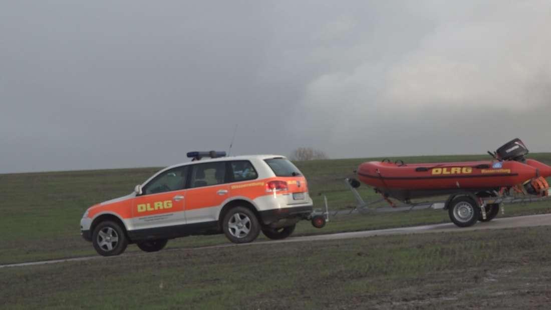 Für eine 73-Jährige und ihren Hund endete ein Spaziergang am Strand in Sehestedt bei Eckernförde in einem Drama. Zu spät bemerkte die Frau wie schnell das Wasser durch den starken Wind stieg.