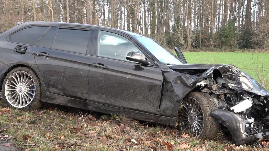 Ein betrunkener Lkw-Fahrer hat im Landkreis Osnabrück einen schweren Unfall verursacht, weil er einen BMW übersah. Eine Person wurde schwer verletzt.
