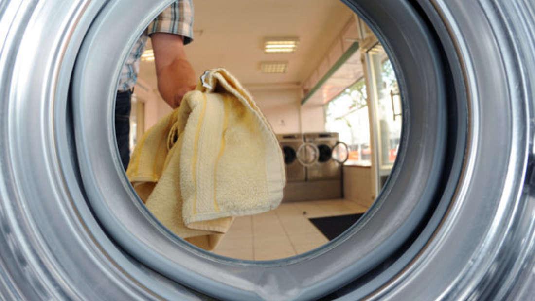 Beim Beladen der Waschmaschine scheiden sich die Geister - aber was ist nun richtig?