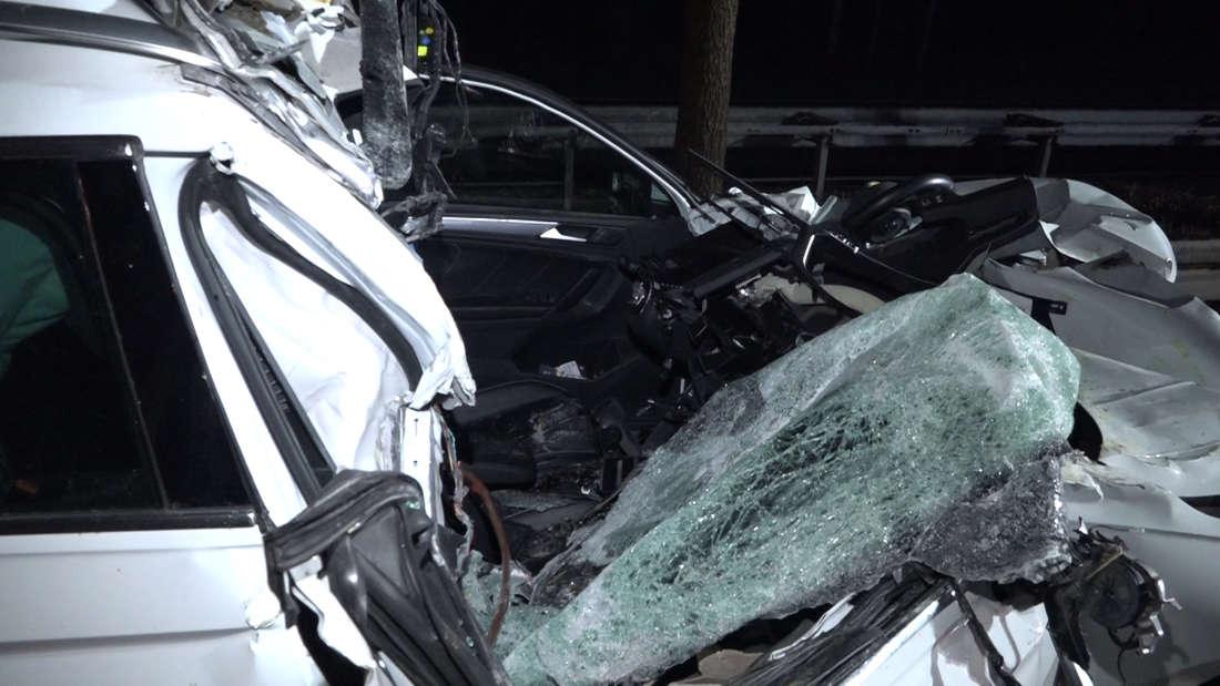 Am Dienstag kam es auf der B6 zwischen Frielingen und Bordenau bei Hannover zu einem tödlichen Unfall, als ein 82 Jahre alter VW-Fahrer in ein scheinbar schlecht beleuchtetes Traktor-Gespann raste