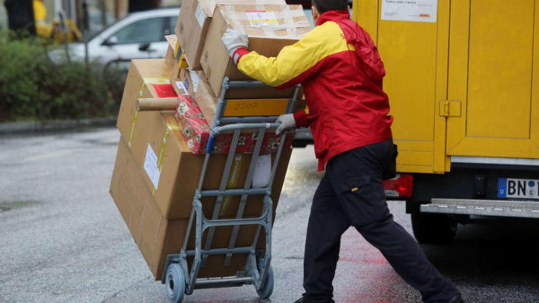 Vor allem in der Weihnachtszeit müssen Paketboten richtig schuften - das bleibt bei manchen nicht ohne Folgen.