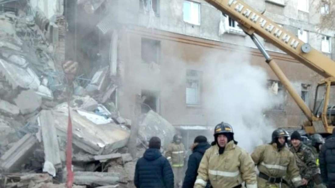 Ein Großaufgebot an Rettern sucht in den Trümmern weiter nach Vermissten. Foto: Russisches Ministerium für Notfallsituationen