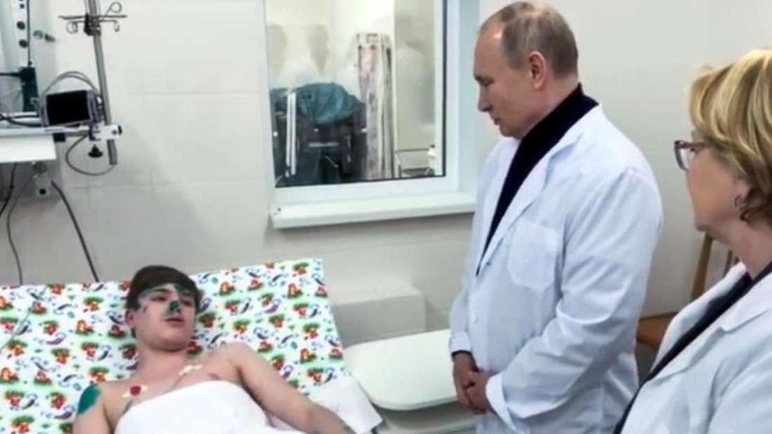 Wladimir Putin spricht mit einem Jungen, der beim Einsturz eines Mehrfamilienhauses aufgrund einer Gasexplosion verletzt wurde. Foto: RU-RTR Russian Television/AP