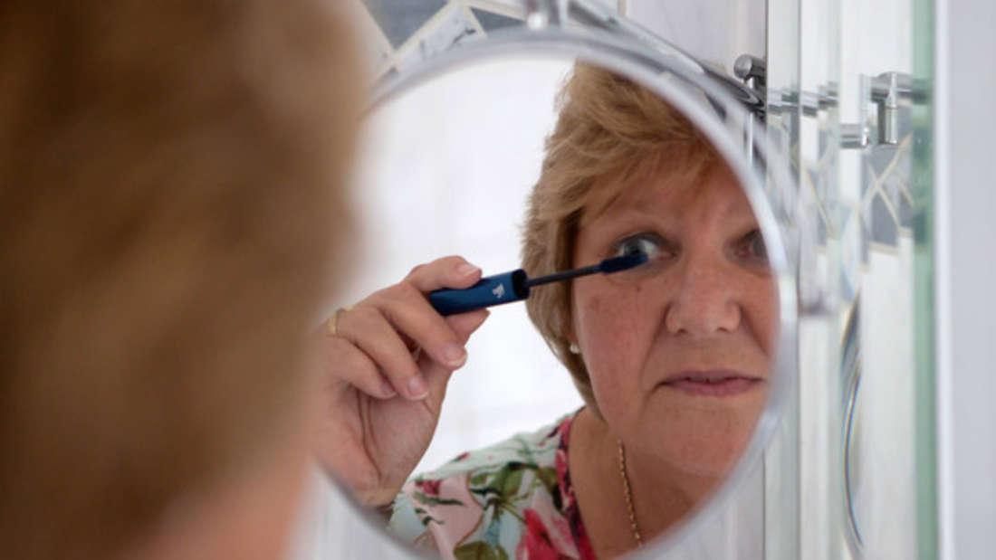 Spiegel vergrößern das Badezimmer, weil sie zusätzlichen Raum vortäuschen.