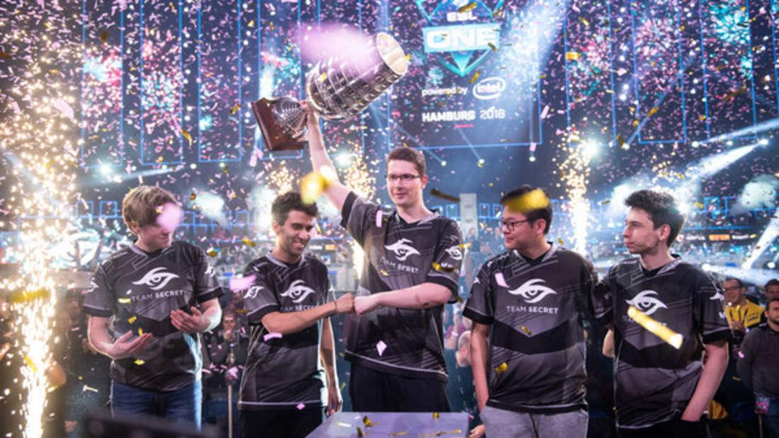 """E-Sport-Teams spielen bei Turnieren wie den """"ESL One Hamburg 2018"""" um hohe Preisgelder und werden wie Superstars gefeiert."""