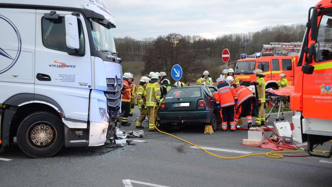 Weil ein Mercedes-Lkw beim Abbiegen einen VW Golf übersah, ist es in Stade zu einem schlimmen Unglück gekommen. Eine Frau wurde eingeklemmt.