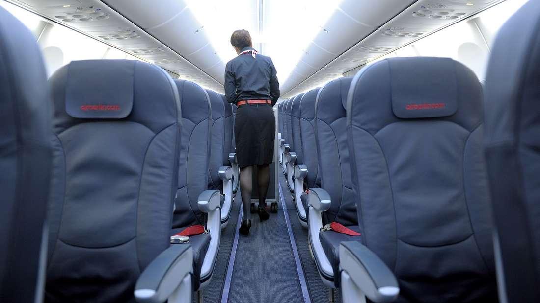 Flugbegleiterinnen und Flugbegleiter haben einen harten Job. (Symbolbild)