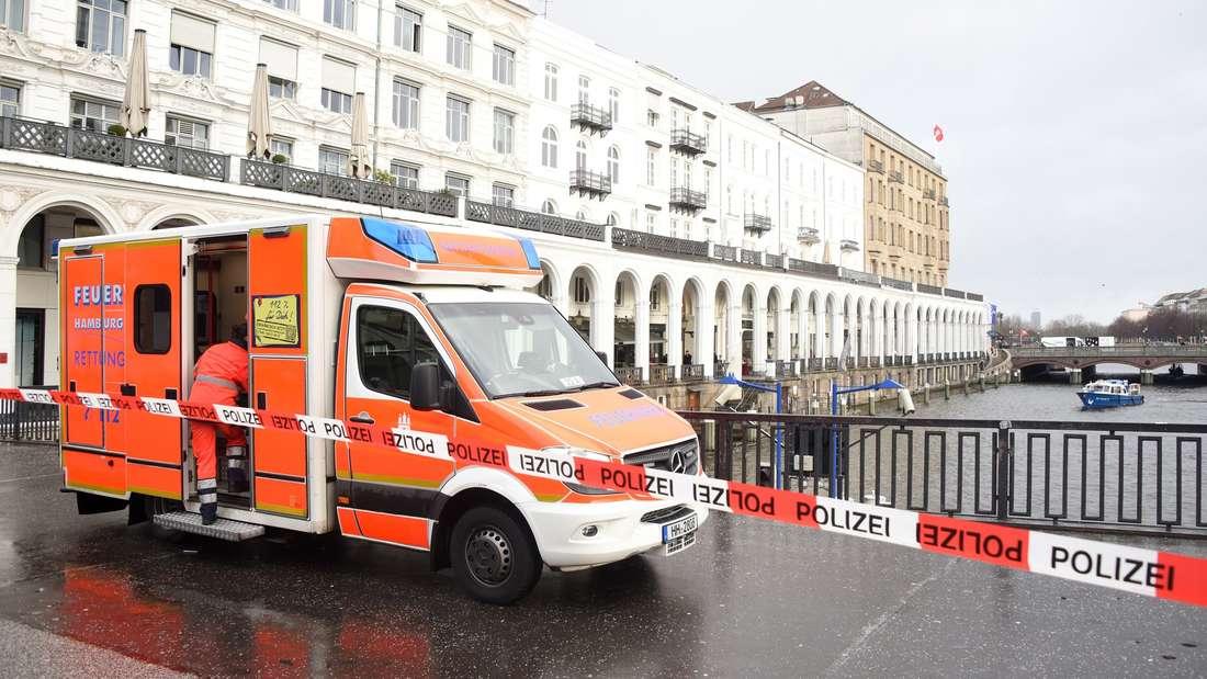 Die Feuerwehr hat eine Wasserleiche aus der Alster in Hamburg geborgen. Sie war zuvor von Passanten nahe des Rathauses entdeckt worden.