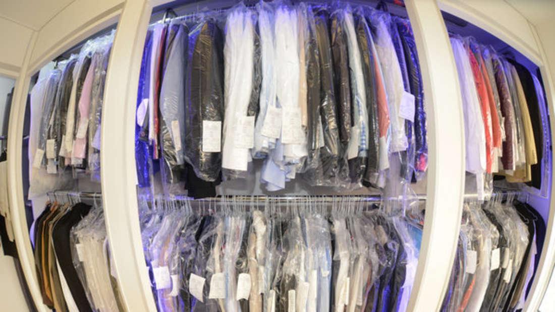 Vor allem in der Reinigung landet die Kleidung gerne mal auf dem Drahtbügel. Doch dort sollten Sie sie nicht lassen.