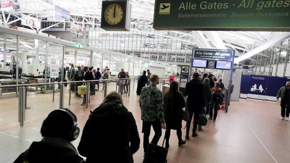 An einem Flughafen fiel eine Frau durch ihren merkwürdigen Gang auf und wurde daraufhin durchsucht. (Symbolbild)