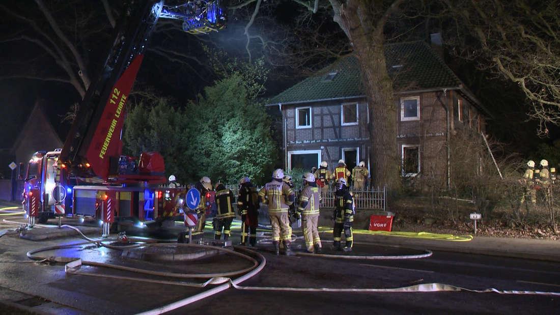 Hannover: Brand im Wohnhaus - Sohn rettet verletzten Vater vor Feuer.