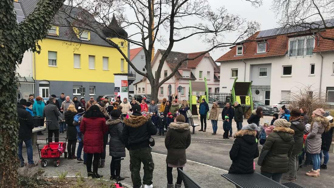 Großes Interesse: Treffen zur Eröffnung des neuen Spielplatzes in der Kriegerstraße