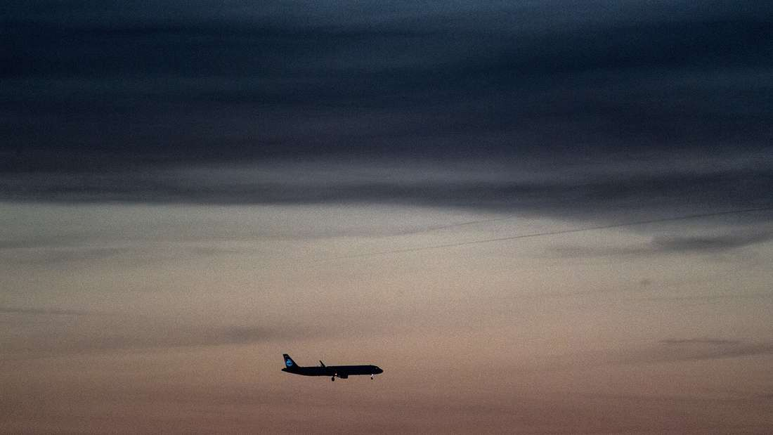 Ein langjähriger Flugbegleiter starb an Bord einer Maschine. (Symbolbild)