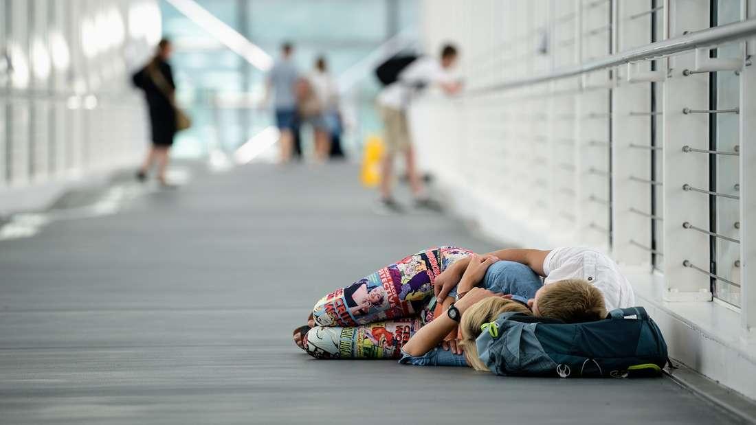 Schlafen am Flughafen oder im Flugzeug kann nicht jeder. Umso besser, wenn man vorbereitet ist. (Symbolbild)
