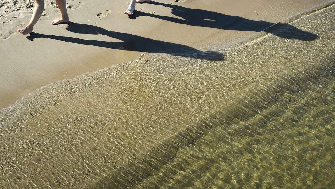 Unter der Sandoberfläche verbirgt sich oft mehr als man denkt. (Symbolbild)