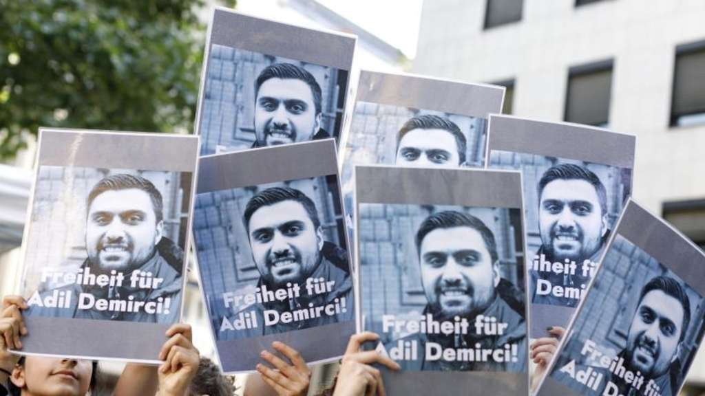 Demonstranten fordern die Freilassung des in der Türkei inhaftierten Journalisten Adil Demirci. Demirci (33) saß seit April in Istanbul in Untersuchungshaft. Foto: Christoph Hardt/Geisler-Fotopress