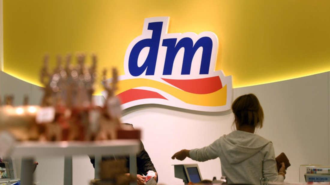 Platz 2: dm - Sie ist und bleibt des Deutschen liebste Drogeriemarktkette: dm. Mit 53,8 Punkten schoss dm auf den zweiten Platz - und damit fünf Plätze vor seinem Erzrivalen Rossmann.
