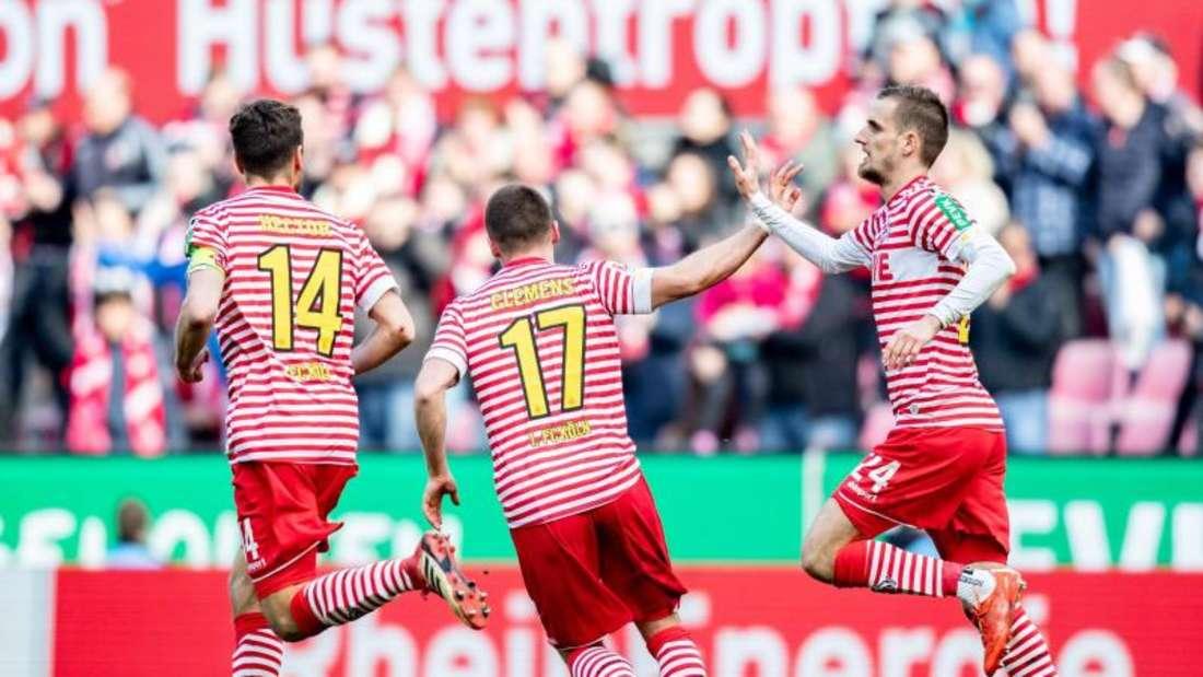 Die Spieler des 1. FC Köln feiern einen Treffer im Spiel gegen den SV Sandhausen. Foto: Marcel Kusch