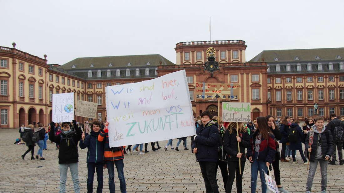 "Schüler demonstrieren unter dem Motto""Fridays for Future"" gegen den Klimawandel."