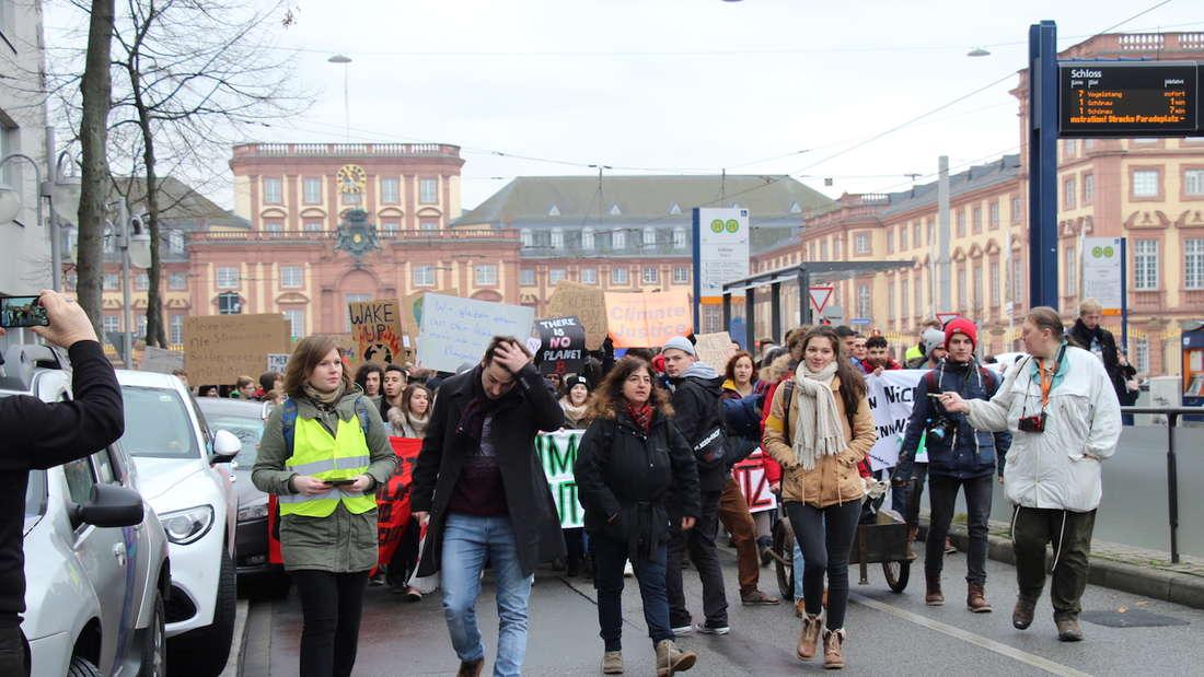 Über 1.000 Schüler ziehen durch die Mannheimer Innenstadt.
