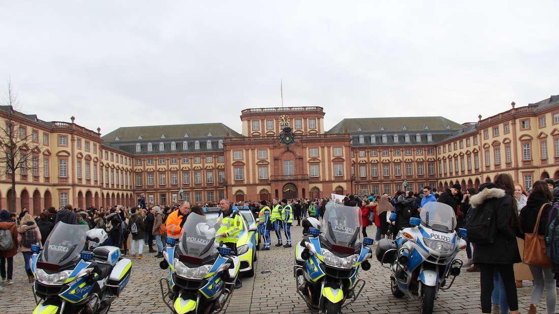 """Große Polizeipräsenz bei der Schülerdemonstration""""Fridays for Future""""."""