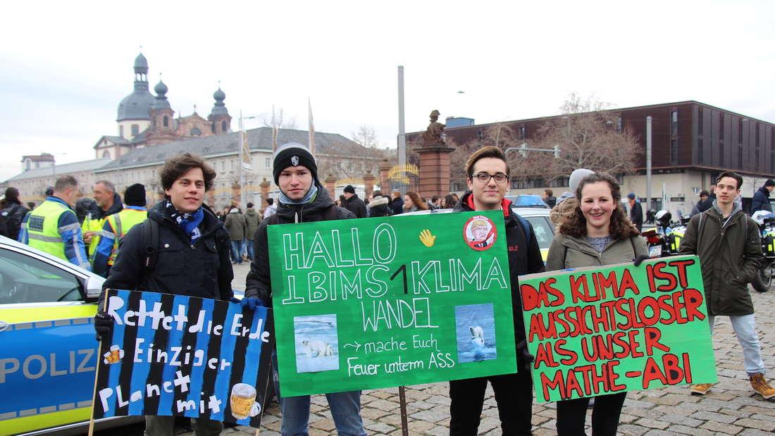 """""""Hallo i bims 1 Klimawandel"""" steht auf einem Plakat der Schülerdemonstration."""